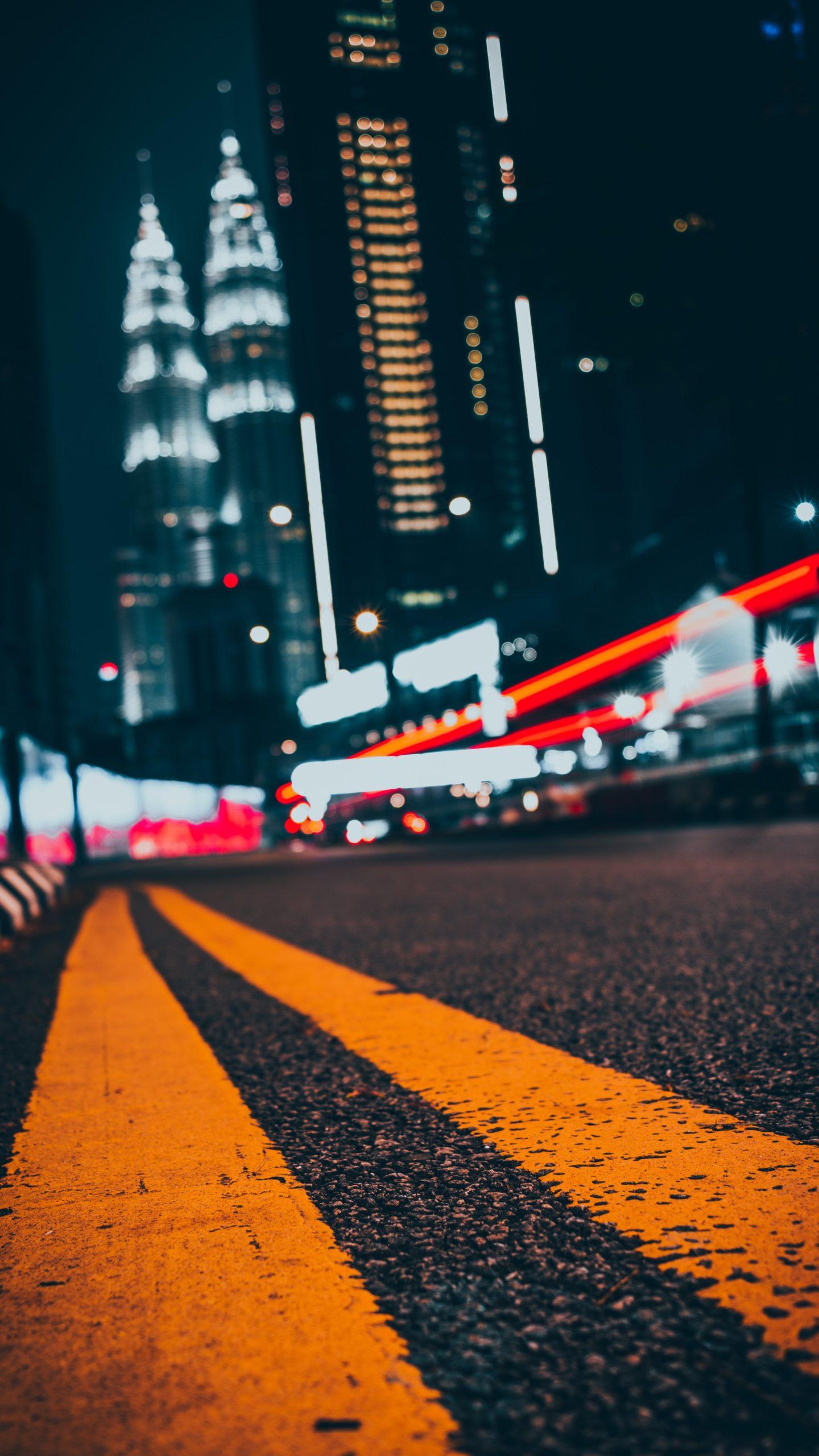 Kolumne Superhelden fliegen vor Straße bei Nacht