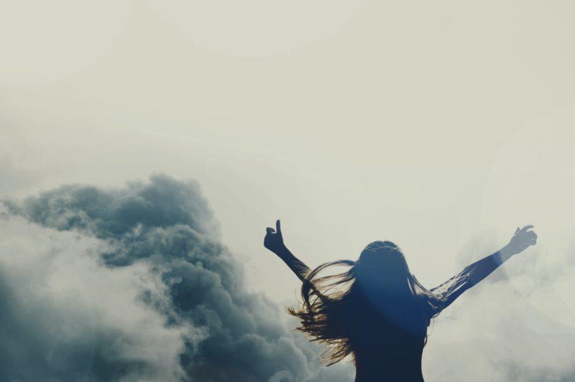 Poesie - Freiheit - Frau von Wolken umgeben